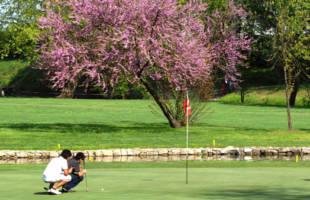 giovani golfisti controllano buca