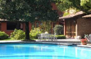 particolare-alberi-lungo-la-piscina-min