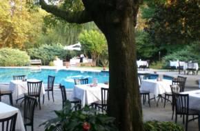 tavoli-ristorante-a-bordo-piscina-min