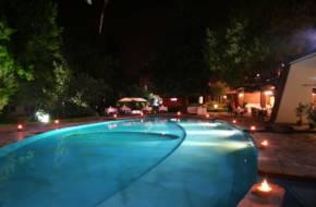 vista-notturna-piscina-con-lumini-min