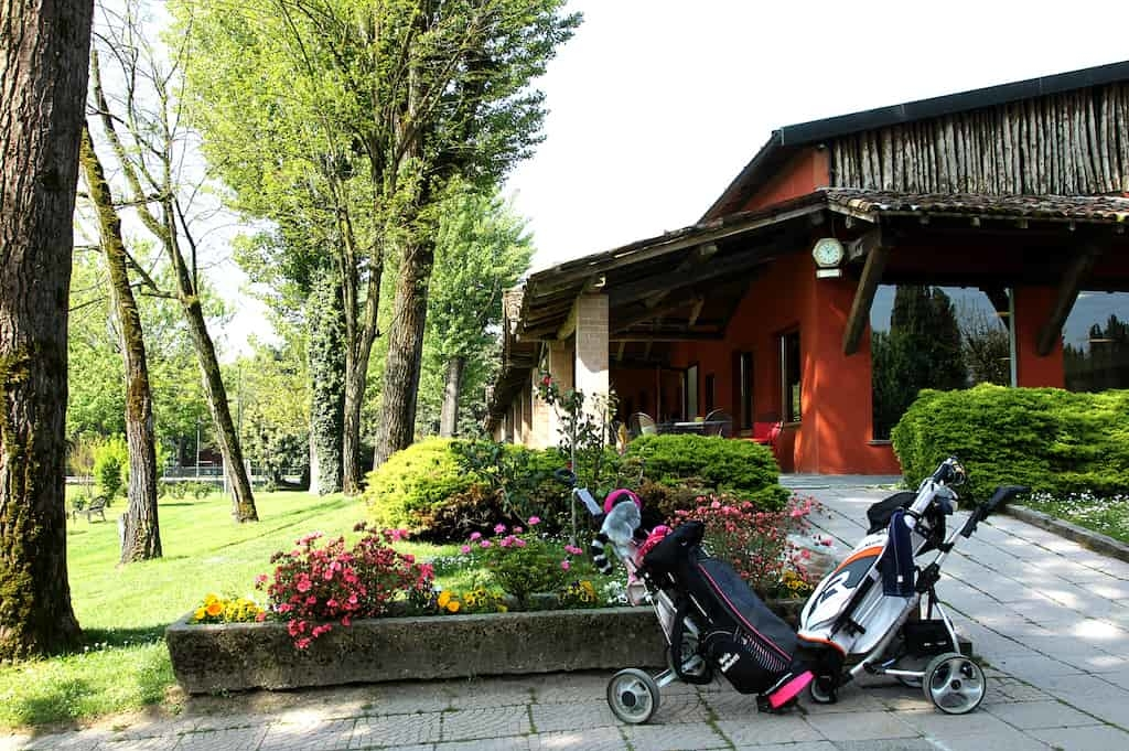 vista-posteriore-club-house-con-sacche-da-golf-min